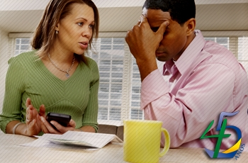 Quatro em cada dez brasileiros casados brigam com parceiro por causa de dinheiro