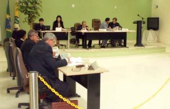 Quatro projetos aprovados pela Câmara em sessão extraordinária provocam polêmica em Aimorés