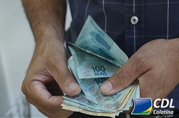 13º salário: mais brasileiros vão gastar com presentes do que com pagamento de dívidas